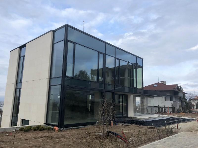 Две еднофамилни къщи с гаражи и басейни